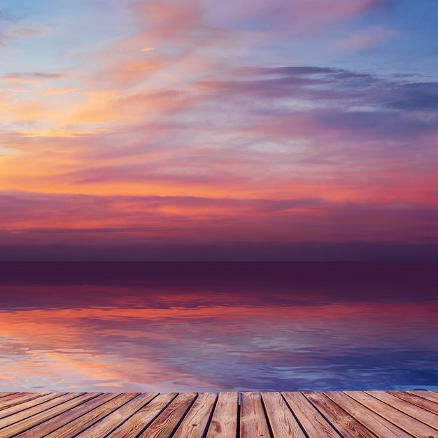 水の反射で海に沈む夕陽。 Premium写真