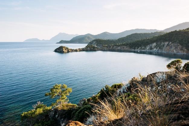 夕方にはトルコの海岸の地中海の青い海の波 Premium写真