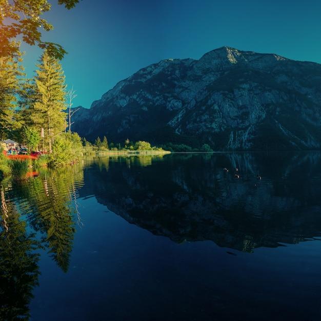 Горное озеро между горами. приморская вилла. италия Premium Фотографии