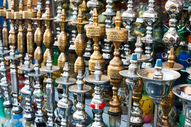 Кальяны на рынке. традиционные арабские кальяны, трубы кальяна. водопроводные трубы - египтяне называют это кальян, по-английски это кальян. Premium Фотографии