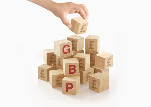 Человек играет с деревянными игрушечными блоками Premium Фотографии