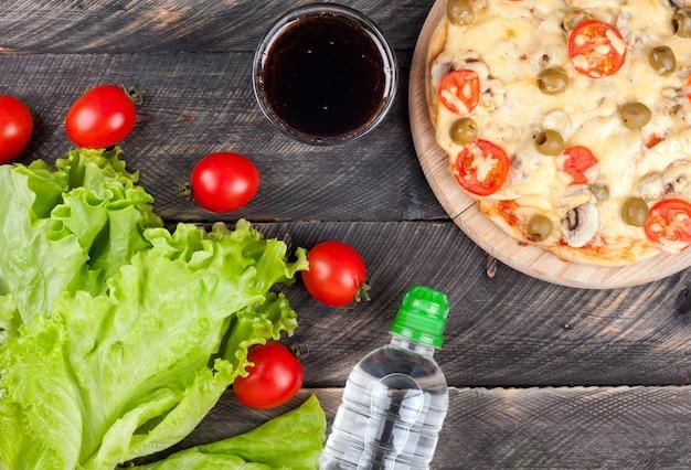 新鮮な健康食品、果物と野菜、または不健康なファーストフードとソーダの選択 Premium写真