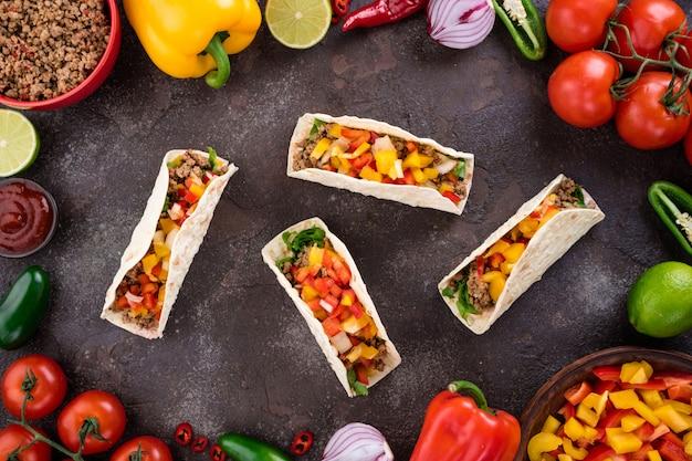 メキシコのタコスと野菜と肉 Premium写真