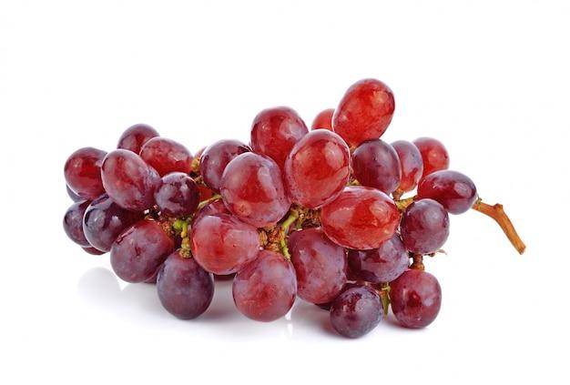 Гроздь красного винограда на белом фоне Premium Фотографии