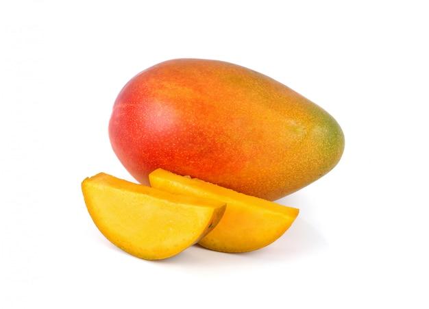 Свежие фрукты манго на белом Premium Фотографии