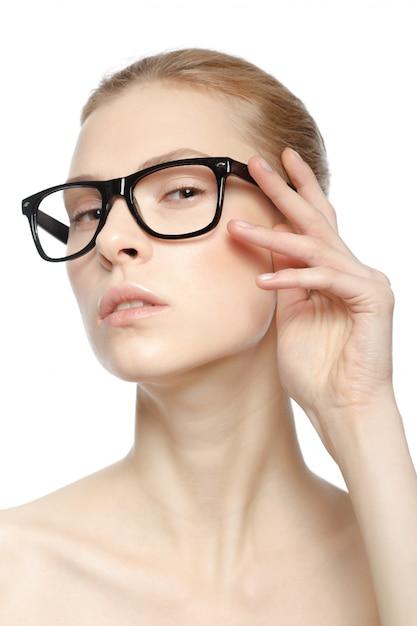 メガネで白いスタジオに分離された魅力的な白人女性の肖像画 Premium写真
