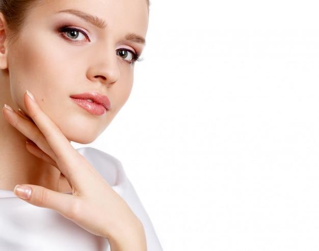 新鮮な毎日のメイクと美しい女性の魅力の肖像画。保湿口紅。眉毛のモデリング。 Premium写真