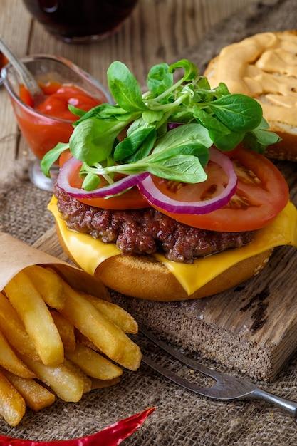 自家製ハンバーガーと木製のチップ Premium写真