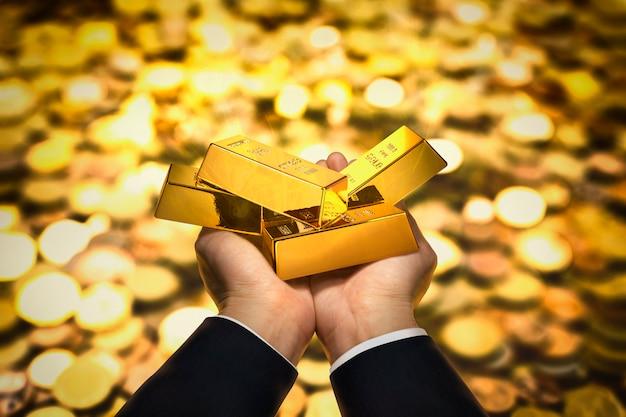 Золотой слиток на руке Premium Фотографии