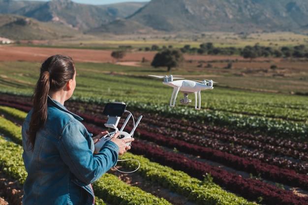 Молодые технические женщины летают на беспилотных летательных аппаратах Premium Фотографии