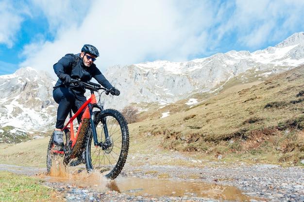 Мужчина верхом на горном велосипеде Premium Фотографии