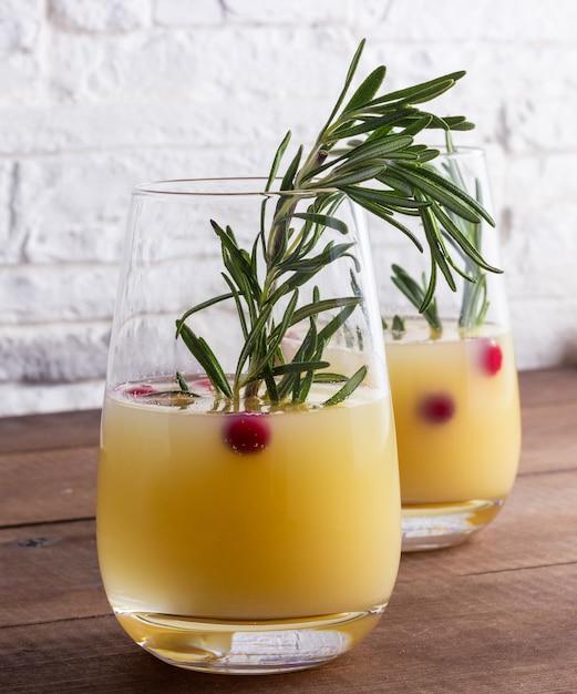 冬梨とシャンパンカクテルドリンク Premium写真