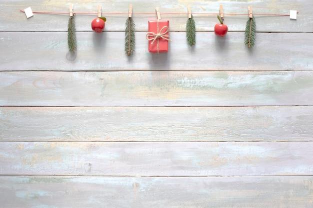 木製の背景のクリスマスの装飾と組成 Premium写真