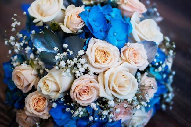 結婚式の花、ピンクのバラと青い花の花束、バラ、結婚式の準備、ウェディングブーケ Premium写真