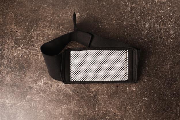 暗い大理石の背景に減量用ベルト。体重を和らげる Premium写真