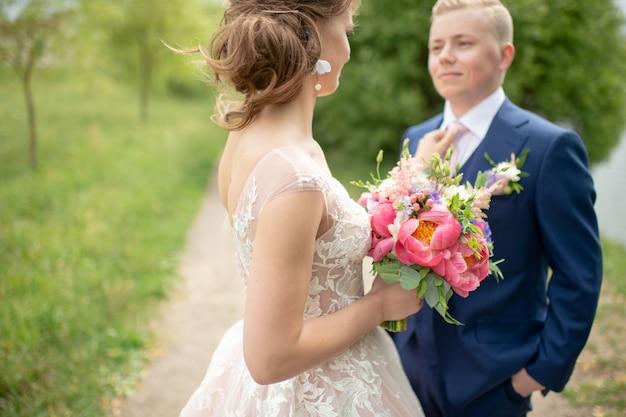 Красивая свадьба пара открытый портрет. Premium Фотографии