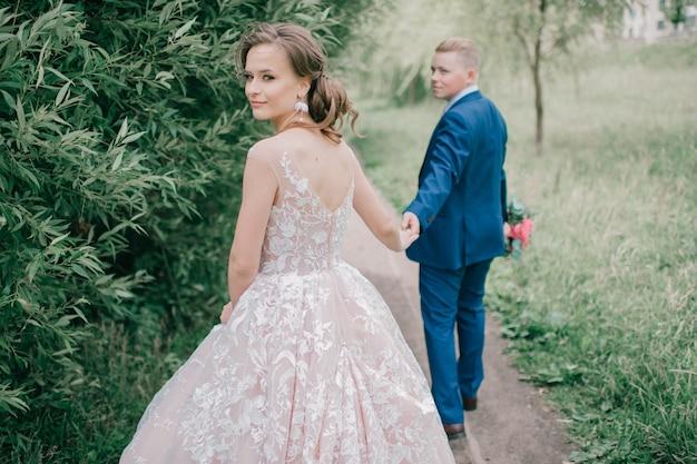 美しい結婚式のカップルの屋外のポートレート。 Premium写真