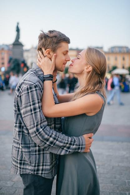 愛情のあるカップルの抱擁 Premium写真