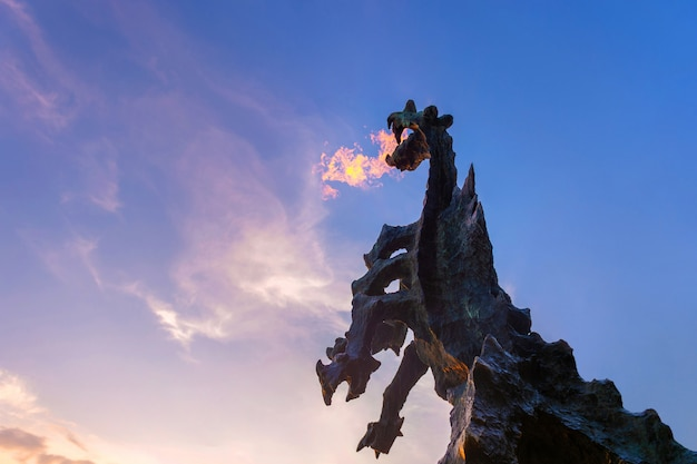 クラクフのシンボル-口から火を吹く石で作られた伝説のヴァヴェルドラゴン記念碑。 Premium写真