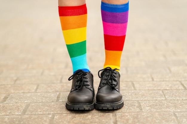 Женские ножки в радужных носках лгбт Premium Фотографии