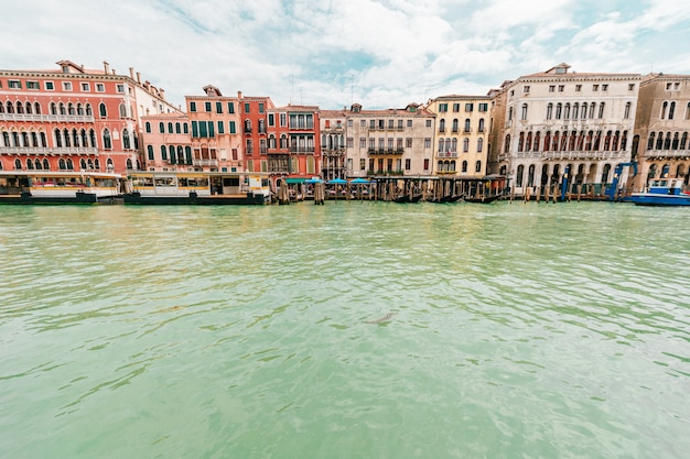 Взгляд на канале в венеции, италии. Premium Фотографии