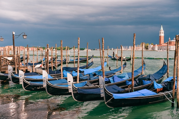 Венеция, городской пейзаж с гондолами Premium Фотографии