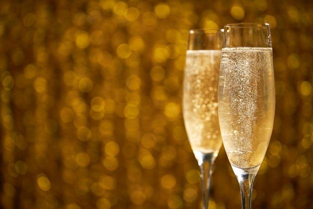 Два бокала шампанского на золото, копия пространства Premium Фотографии