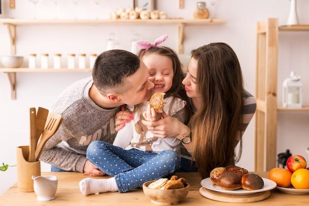 子供は台所で両親に餌をやる Premium写真