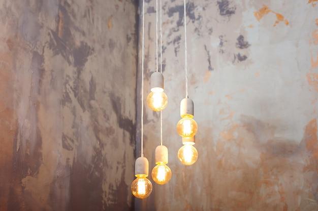 Роскошный красивый ретро эдисон свет лампы декор. свет лампы электричество висят украсить дом. идея концепции. лампы накаливания в стиле лофт. Premium Фотографии
