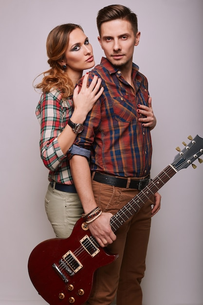 ファッショングラマースタイリッシュな流行に敏感な若いカップルの肖像画 Premium写真