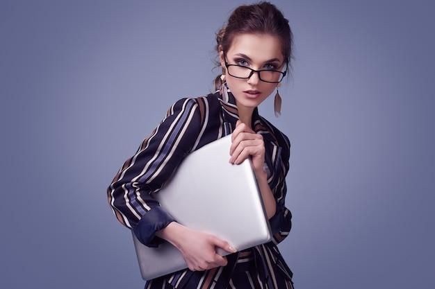 ファッションスーツとノートとメガネでエレガントな魅力の女性 Premium写真