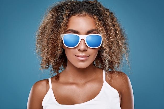 巻き毛のグラマー盗品黒ヒップスター女性モデル Premium写真