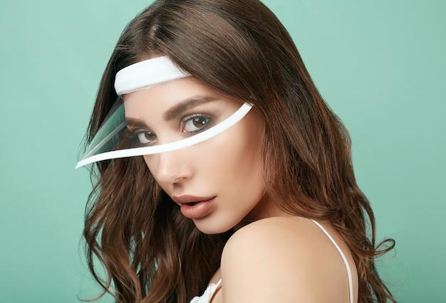 白いスポーツフォームでジューシーな唇と美しいセクシーなブルネットの女性 Premium写真