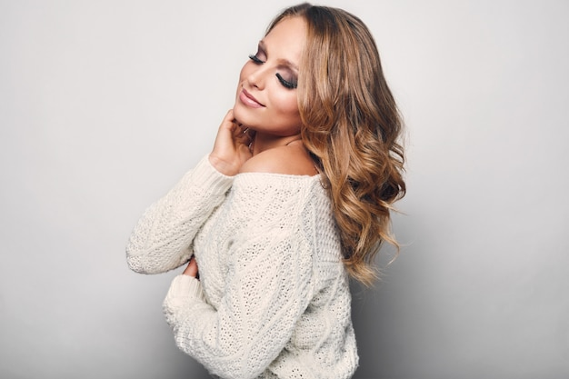 Портрет красивой белокурой женщины в свитере Premium Фотографии