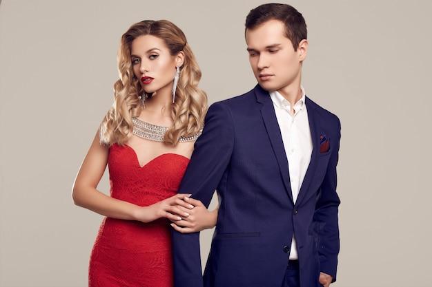 フォーマルな服に身を包んだ官能的な美しい若いカップル Premium写真