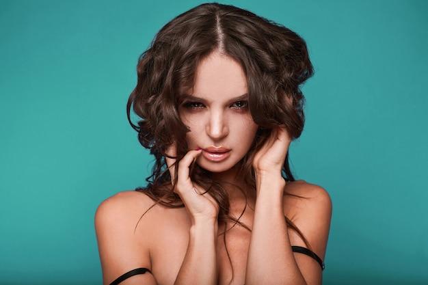 若い盗品セクシーな女性の美しさの肖像画 Premium写真