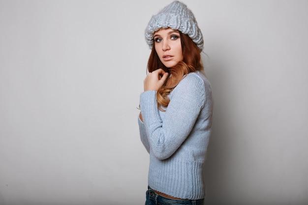 Портрет красивой рыжей женщины в свитере Premium Фотографии