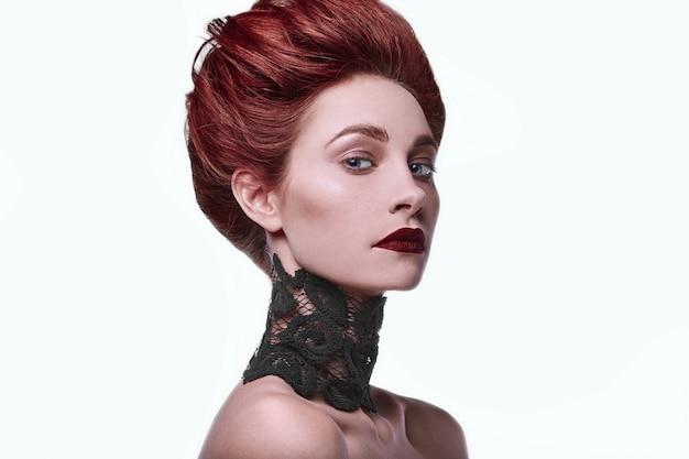 Красота стильная рыжая женщина с прической и носить ожерелье ювелирных изделий Premium Фотографии