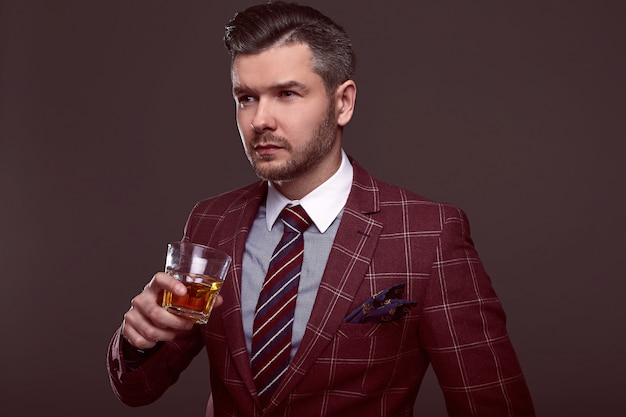 高価なスーツでエレガントな残忍な男の肖像 Premium写真