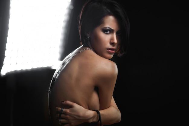 手に宝石と美しい若い女性の肖像画 Premium写真