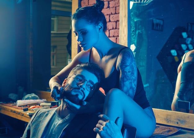 Брутальный мужчина в элегантном костюме и сексуальная девушка с татуировкой Бесплатные Фотографии