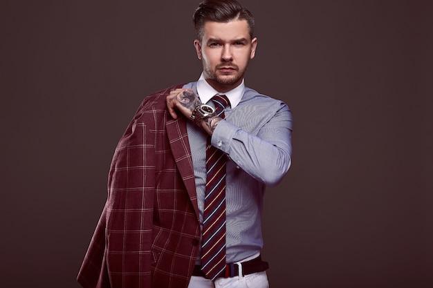 Портрет элегантного брутального мужчины в шерстяном костюме Premium Фотографии