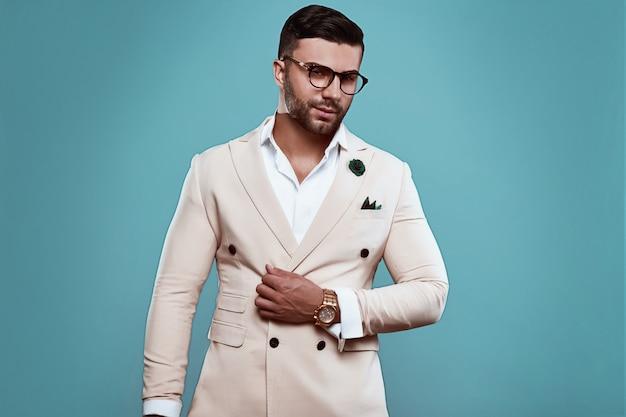 Элегантный брутальный сексуальный мужчина в костюме и очках Premium Фотографии