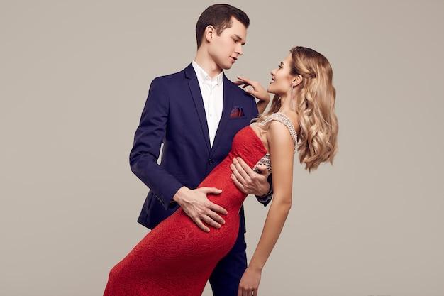 Чувственная красивая молодая пара, одетая в формальную одежду Premium Фотографии