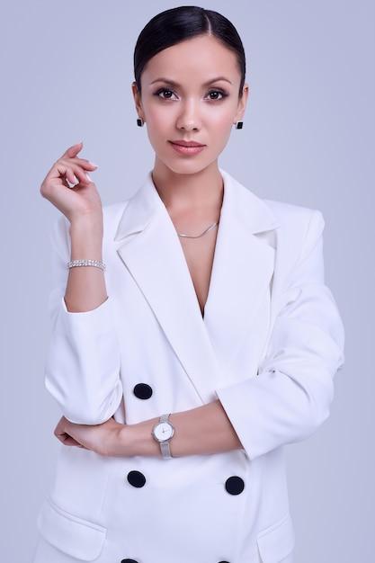ファッションの白いスーツでゴージャスなラテン女性 Premium写真