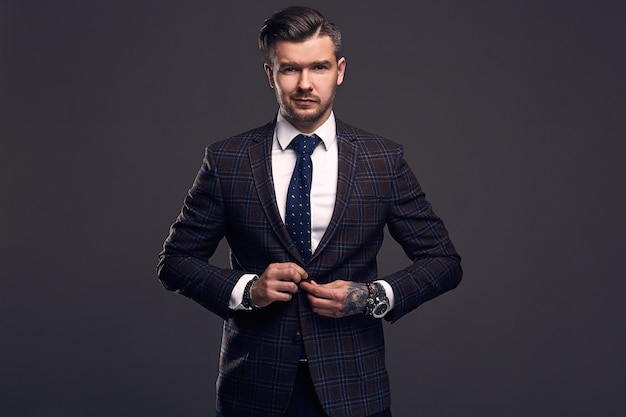 ウールのスーツでエレガントな残忍な男の肖像 Premium写真