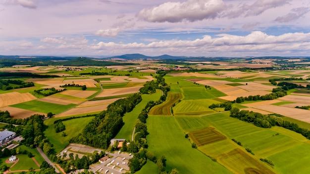 農業分野と白い雲と青い空の美しい景色。空撮。 Premium写真