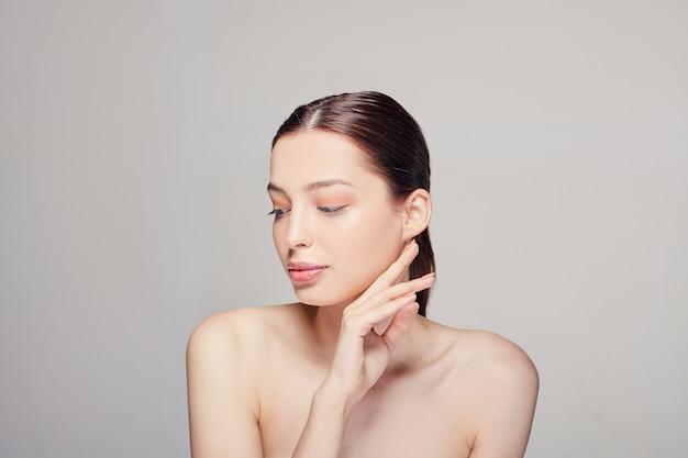美しいスパモデルの女性の美しさの顔の肖像画 Premium写真