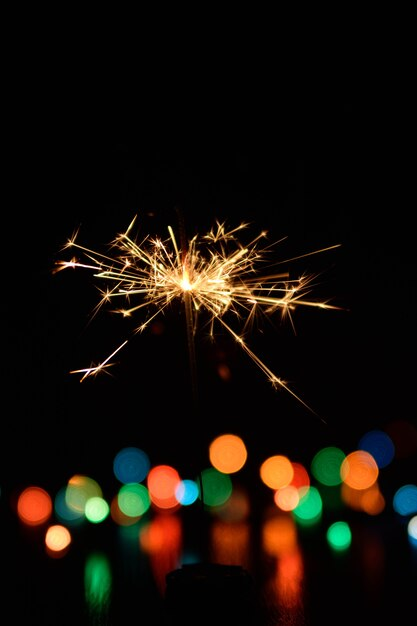 Бенгальский огонь горит размытым светом Premium Фотографии