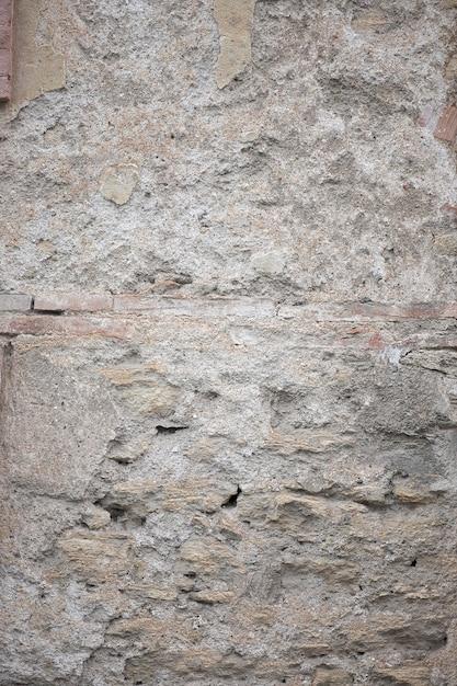 欠けた塗料と亀裂または灰色のコンクリート壁とセメント表面を持つ古い汚れたテクスチャのフラグメント 無料写真